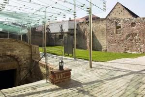 Grundriss des Judenhofs mit Synagoge und Mikwe Ansicht der Ostwand der Synagoge mit Bauphasenkartierung
